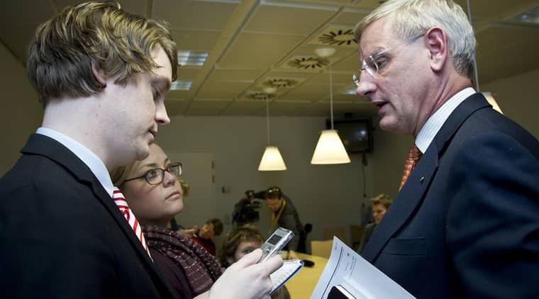 INTERVJUAR. Expressens reporter Karl-Johan Karlsson intervjuar Carl Bildt i Bryssel om oljeaffärerna med Libyen. Foto: Erik Luntang