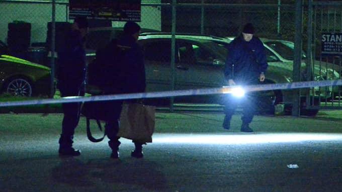 Enligt uppgifter till Kvällsposten ska den skjutne mannen ha kommit i bråk med ett antal personer inne i en lokal. Bråket ska ha fortsätt ute på gatan. Vittnen på plats ska ha gjort gällande att den skjutne blivit jagad av tre beväpnade män och att flera skott avlossats mot mannen. Foto: Fritz Schibli