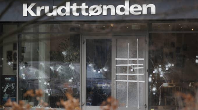 Vid kulturhuset Krudttønden avlossade gärningsmannen 40 skott. Måltavla var svenske konstnären Lars Vilks. Han fördes dock i skydd av svenska poliser som befann sig på platsen. Foto: Ola Torkelsson / Tt