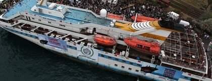 """ETT SKEPP KOMMER LASTAT. Lastad med 100 000 ton förnödenheter är de åtta skeppen i """"Frihetsflotiljen"""" på väg mot Gaza och väntas anlända i kväll eller i morgon bitti."""