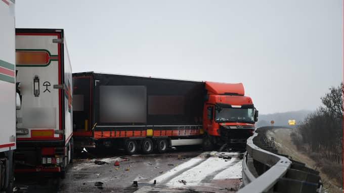 Stor krock. Flera bilar och lastbilar var inblandade i en stor krock på E6 i höjd med Rydebäck på lördagsförmiddagen. Det är oklart om någon är skadad. Foto: André Tajti/Topnews