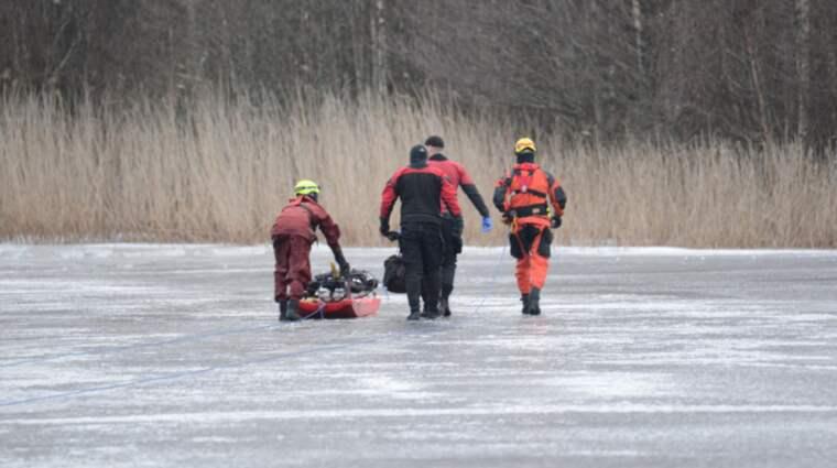 En bil gick igenom isen på Orrholmen i Karlstad. Mannen som fanns i bilen avled av sina skador. Foto: David Hårseth/Dagsmedia