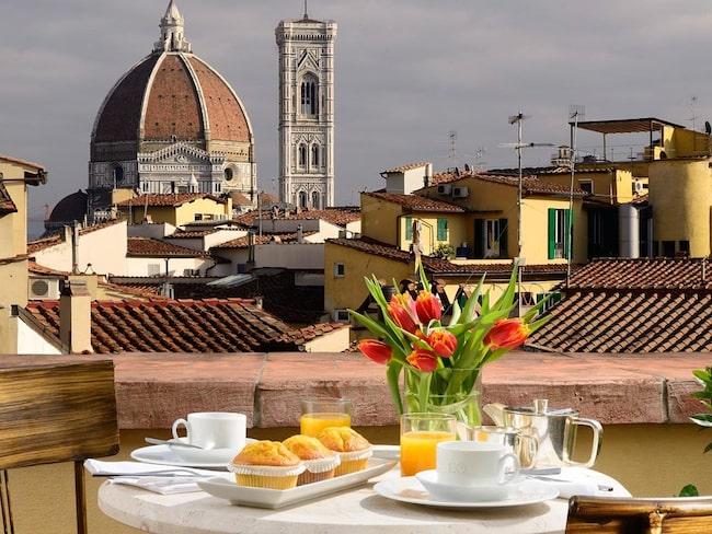 Ät en ljuvlig frukost med utsikt över torget på Hotel L'Orologio i Florens i Italien.