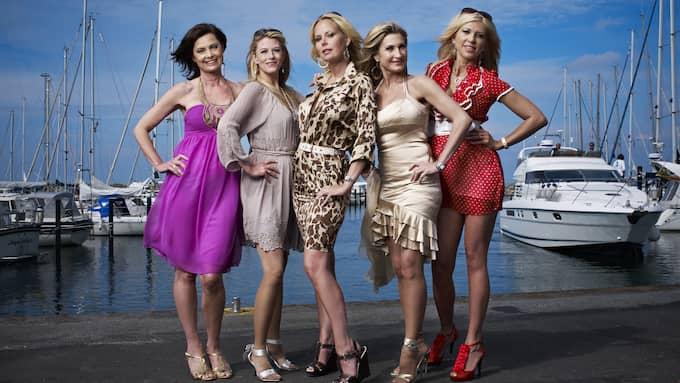 Skånefruarna intog Kanal 5 – och riktade glamourljuset över Skåne. Vera Stevens, Christina Nilsson, Angela Kingberg, Nancy Fadel och Maria Popko.