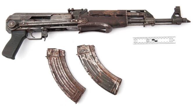 Polisen hittade ett automatvapen vid husrannsakan. Foto: POLISEN