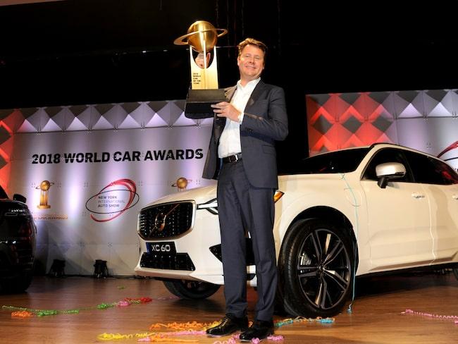 Anders Gustafsson tar emot pris efter att Volvo XC60 blivit utsedd till World Car of the Year.