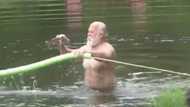 Han fångar fisken med bara händerna