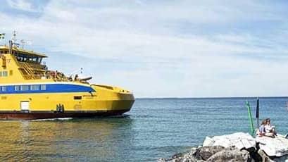 Det handlar om färjorna Braheborg och Ebba Brahe som har kolliderat i Visingsös hamn. Här är ett fartyg från Färjerederiet Braheborg. Foto: Kasper Dudzik