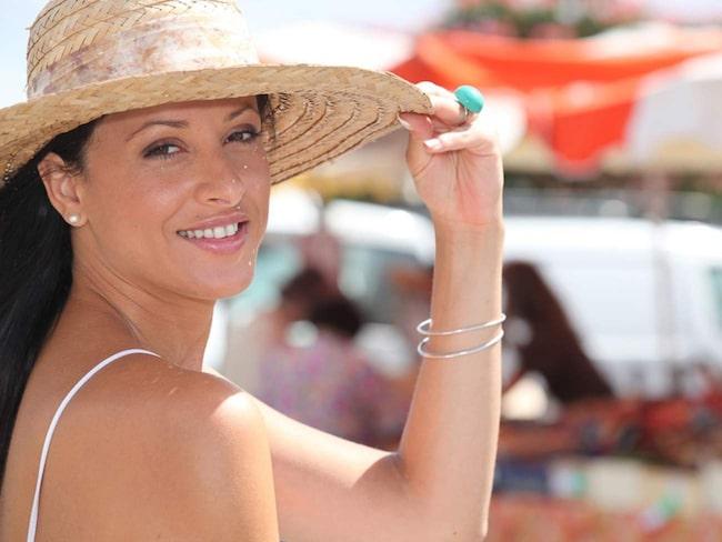 Det är viktigt att skydda huden från solen. Inte bara med hjälp av hög solskyddsfaktor året runt – utan också med hjälp av hatt eller keps när solen är som starkast.
