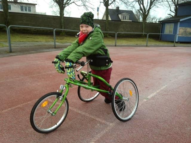Collin fick låna en speciell trehjulig gåstol av en kompis, som sen flyttade. Nu ska han få en egen. Foto: PRIVAT