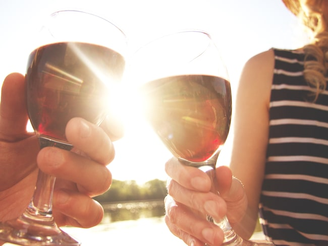 Enligt en ny studie så är det som dricker måttliga mängder alkohol minst borta från jobbet.