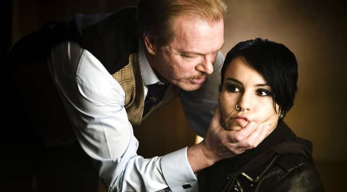 """Peter Andersson som Nils Bjurman och Noomi Rapace som Lisbeth Salander i filmatiseringen av """"Män som hatar kvinnor"""". Foto: Yellowbird"""