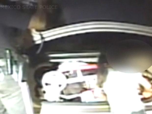 När polisen gör upptäckten i bilen brister det för honom