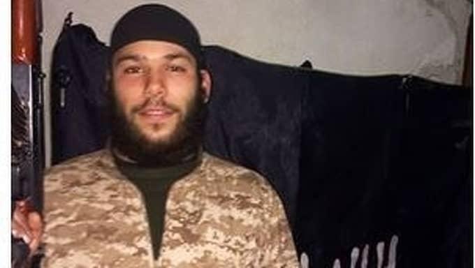 I Syrien poserade Osama Krayem på bilder med automatvapen och delade avrättningsvideor på Facebook – och bad direkt om att få genomföra ett självmordsattentat i Europa. Foto: PRIVAT