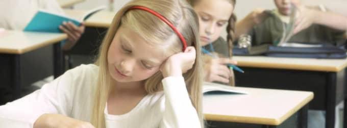 Bäst i klassen. Vanlig klassundervisning passar de flesta elever bäst, för skolan lär inte bara ut kunskap utan också social umgängeskonst - det är de flesta forskare överens om. Foto: Hemera Technologies