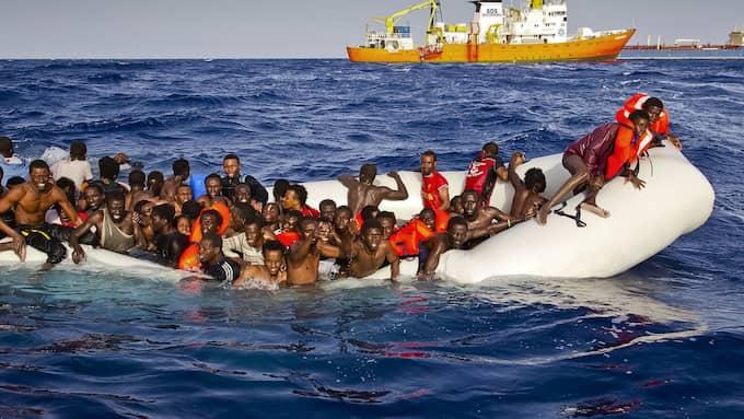 Dagens oreglerade migration över Medelhavet skapar stort mänskligt lidande. EU måste tänka om. Foto: PATRICK BAR / AP/ TT