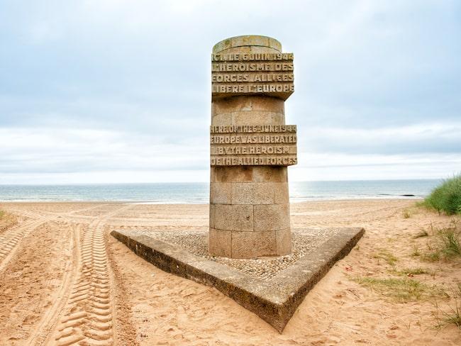 Ett av många minnesmärken på Omaha Beach.