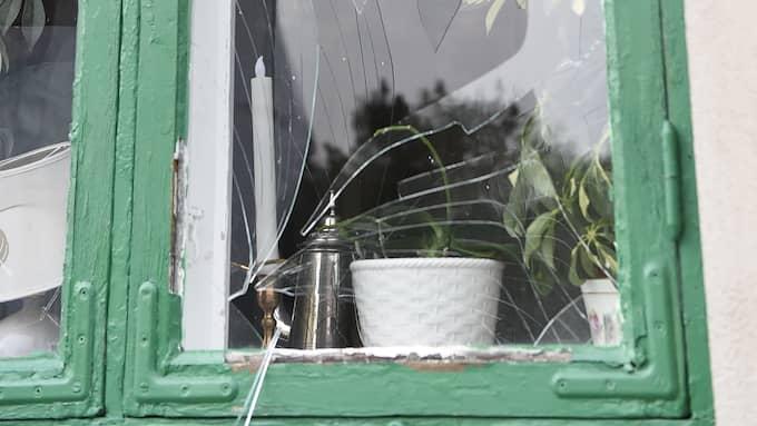 En av grannhusets rutor fick spricker vid explosionen. Foto: Anders Grönlund