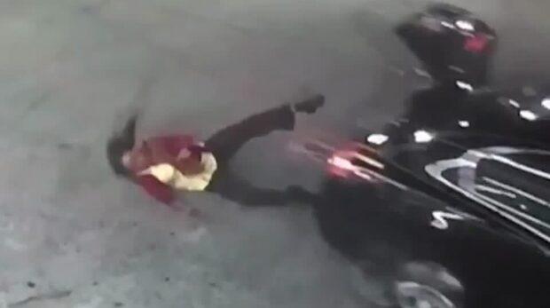 Här flyr kvinnan från kidnapparen