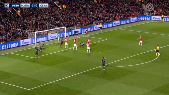 Manchester United-spelarna protesterar vilt mot domaren. Foto: TV6.