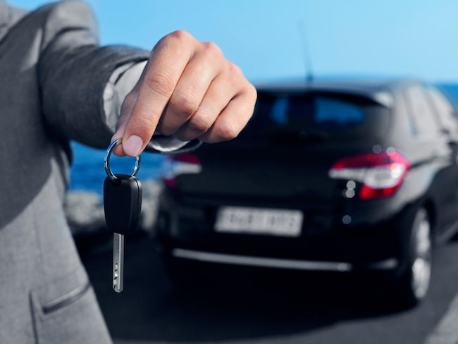 Nu slipper du åka till bilhallen för att provköra bilar – det går att beställa hemkörning.
