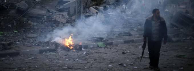 VAKTAR. En Hamas-polis patrullerar vid den dödade Hamas-ledarens bombade kontor. Foto: Suhaib Salem/Reuters