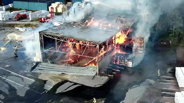 Storbrand rasar i ett sågverk