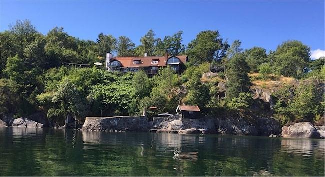 Det mytomspunna och lyxiga huset ligger vid Vättern och har egen sjötomt samt hamn.