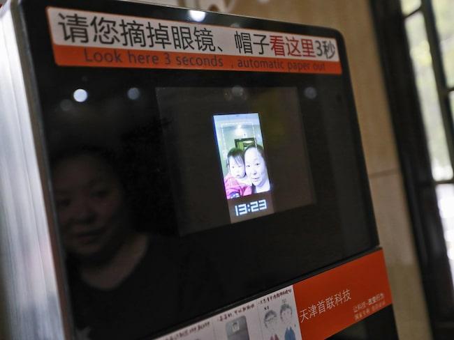 På det här stället får man med hjälp av en ansiktsscanner 60 centimeter utdelade.