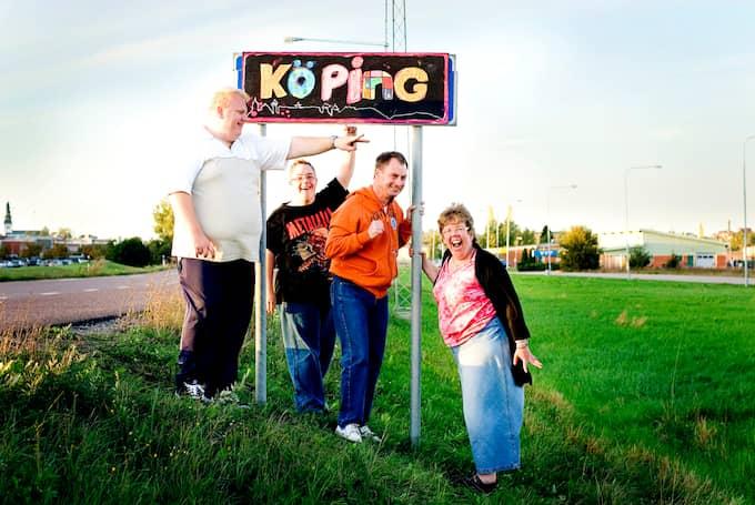 I en annan del av Köping. Fr v: Mats, Micke, Tobbe och Linda. Foto: FOTO: LINUS HALLSéNIUS/TV4. / TV4