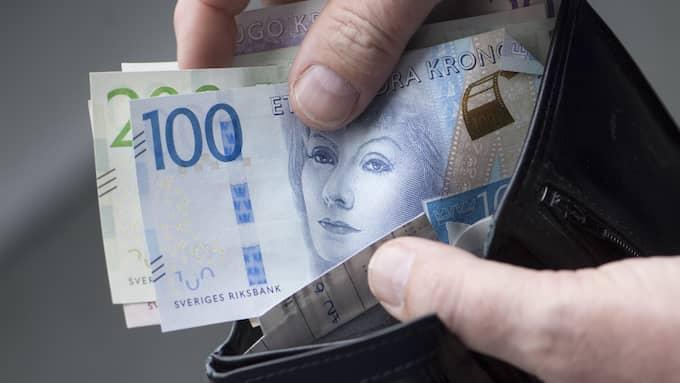 Många upplever att de har mindre i plånboken – eller kanske snarare på bankkontot – när de kommer tillbaka från semestern. Foto: Fredrik Sandberg / TT NYHETSBYRÅN