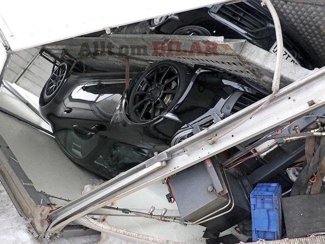 Två hemliga Porsche-modeller förstördes när släpet välte.