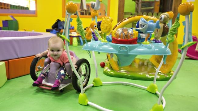 Evelyn Moore är paralyserad från armarna neråt. Men det stoppar henne inte.