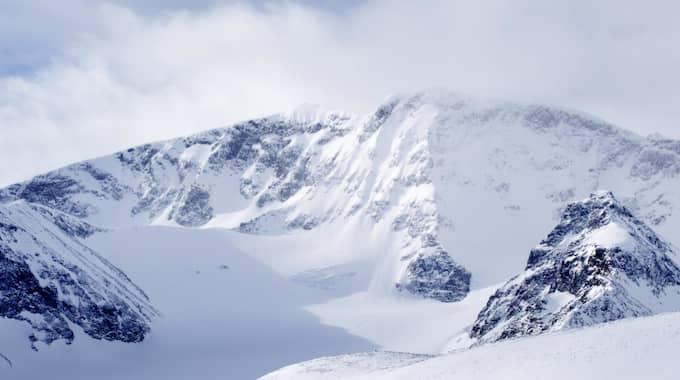 Kebnekaise med syd- och nordtoppen taget mot väst med storglaciären med på bild. Foto: Roger Vikström