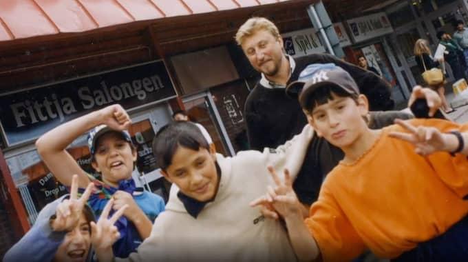 """FITTJA CENTRUM 1999. Janne Josefsson och pojkarna, """"i stunden leende mot en oseende vuxenvärld"""". Foto: SVT"""