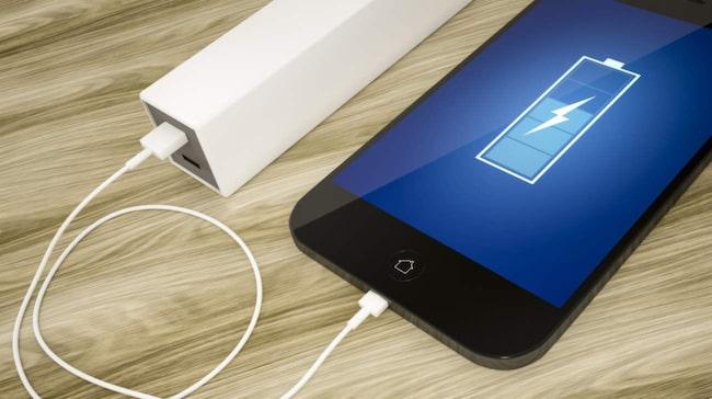 Du behöver till exempel inte låta telefonen få helt slut på batteri innan du laddar den på nytt. Det stämde för äldre batterier, men med dagens batterier är det snarare tvärtom.