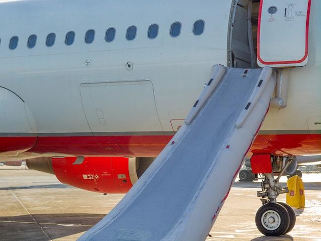 De som tar med sig väskan vid en olycka riskerar att punktera den upplåsbara evakueringsrutschkanan.