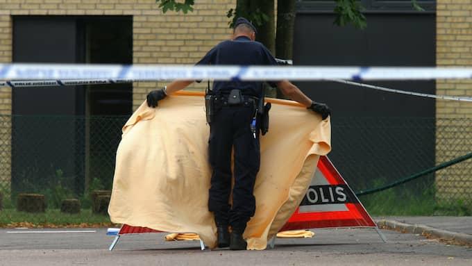 Poliserna täcker över den 45-åriga kvinnans kropp efter mordet i Halmstad. Foto: NIKLAS HENRIKCZON