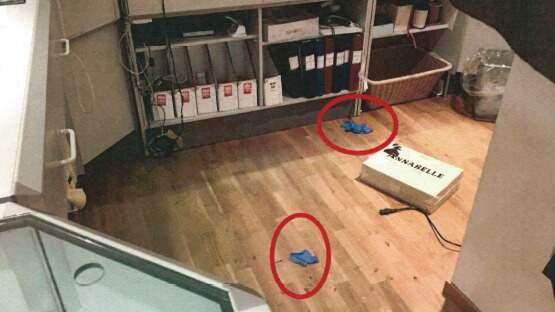 Ett par bortkastade engångshandskar som hittades i butiken gav DNA-träff på en 29-åring som nu åtalas för stölden. Foto: Polisen