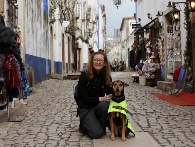 Här poserar Kala Kutta tillsammans med matte Rochelle i Obidos i Portugal.