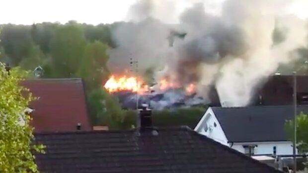 Brand rasar i villa - fullt utvecklad