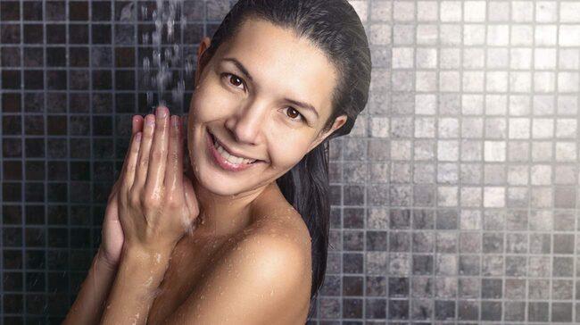 Borstar du håret i duschen? Om du istället borstar håret innan det blir blött så sliter du mindre på håret, dessutom gör du avloppet en tjänst.