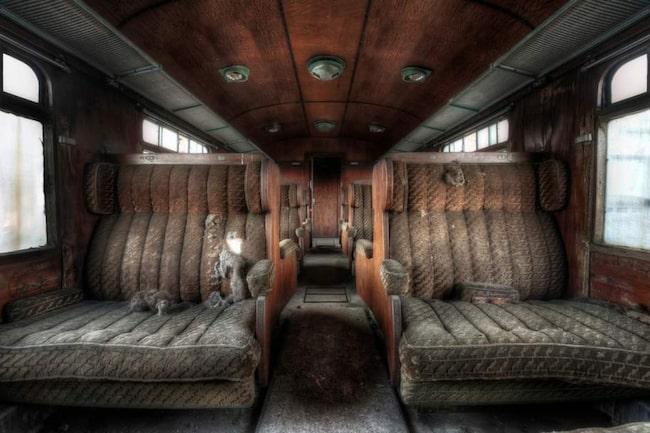 Ett tåg har blivit lämnat och övergivet någonstans i Europa.