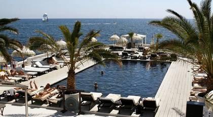 Puro Beach. Några kilometer från hotellet i Palma ligger anläggningen Puro Beach, en lyxig bar- och poolanläggning dit även icke-hotellgäster är välkomna.