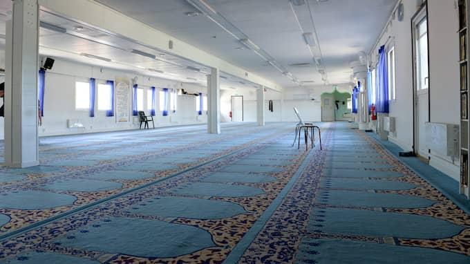 Två grannar vid moskén menar att beslutet inte är rätt hanterat. Foto: CARL CARLERT / KVP