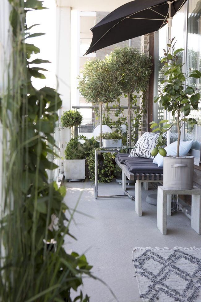 Vill man slappa efter maten eller slumra till i friska luften kan man göra det i bekväma solstolar från Ikea...