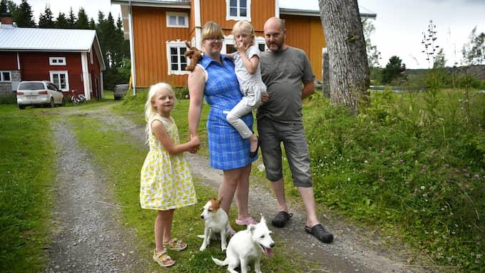 Hela familjen samlad tillsammans med hundarna dagen efter Ellenors försvinnande. Ellenor i mamma Cecilia Natanders famn, pappa Anders Natander och sytern Maria. Foto: / ALEX LJUNGDAHL