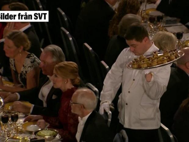 Se servitörens jobbiga tabbe på Nobelfesten