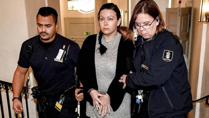 Johanna Möller leds in i rättegångssalen i Svea hovrätt i Stockholm. Foto: ALEX LJUNGDAHL