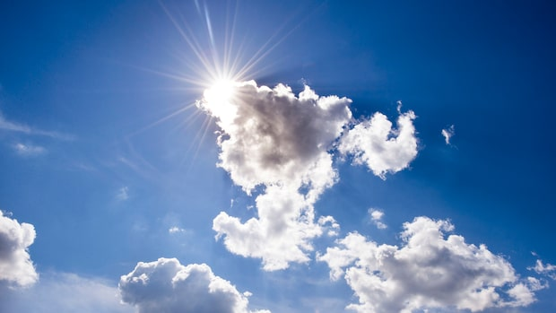 Moln och regnskurar – men blir stabilare väder under veckan
